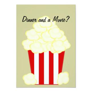 Cena y una invitación untada con mantequilla