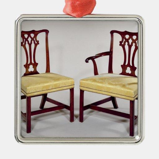 Cenando sillas, con las partes posteriores entrela ornamentos para reyes magos