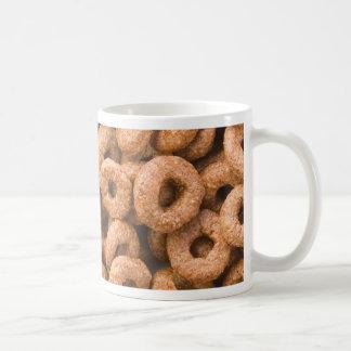 Centenares de anillos del cereal del chocolate taza