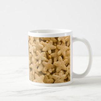 Centenares de cereales amarillos de la estrella co tazas de café