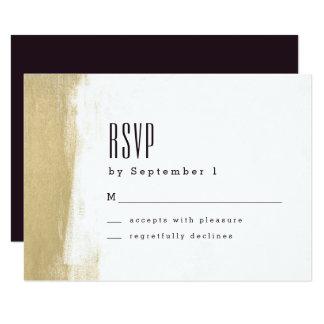 Cepillo dorado que casa la tarjeta de RSVP