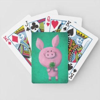 Cerdo afortunado con el trébol afortunado de cuatr baraja cartas de poker