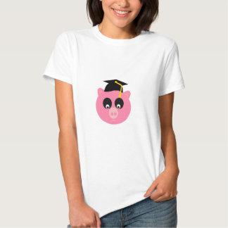 Cerdo de graduación con la camiseta básica del