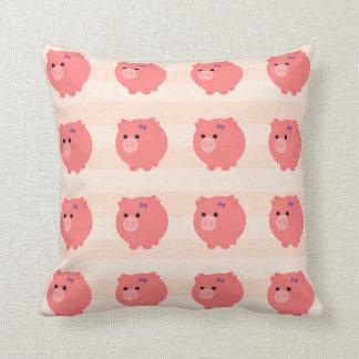 Cerdo rechoncho lindo múltiple con la almohada