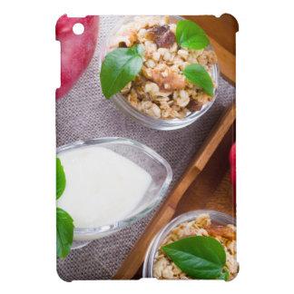Cereal con las nueces y pasas, yogur y manzanas