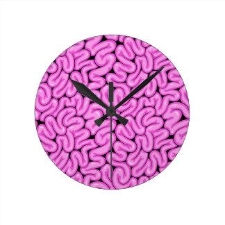 Cerebro rosado del zombi - impresión de la reloj redondo mediano