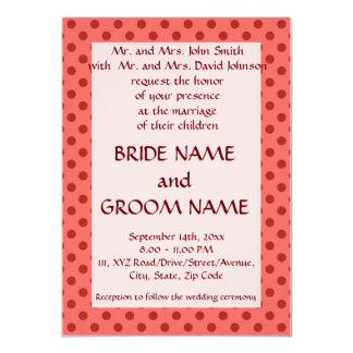 Ceremonia de boda - lunares rojos, fondo rosado invitación 11,4 x 15,8 cm