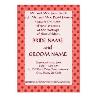 Ceremonia de boda - lunares rojos, fondo rosado invitación 12,7 x 17,8 cm