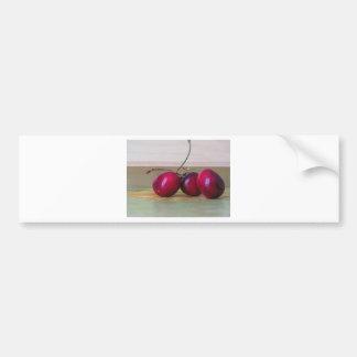 Cerezas frescas en la tabla pegatina para coche