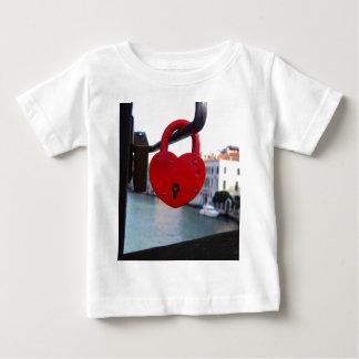 cerradura del amor en Venecia Camiseta De Bebé