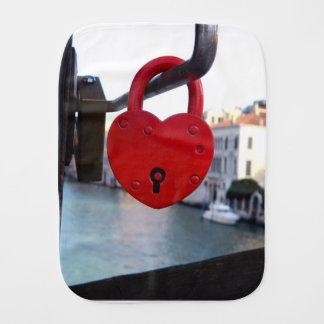 cerradura del amor en Venecia Paños De Bebé