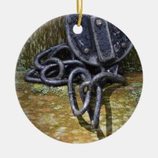 Cerradura y cadena antiguas del ferrocarril adorno navideño redondo de cerámica