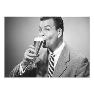 Cerveza de consumición del hombre de negocios invitacion personal