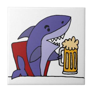 Cerveza de consumición del tiburón divertido azulejo cuadrado pequeño