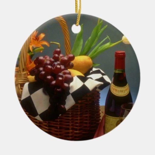 Cesta amarilla de la comida campestre con el vino, adorno de reyes