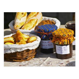 Cesta con los croissants y los panes del chocolate postal
