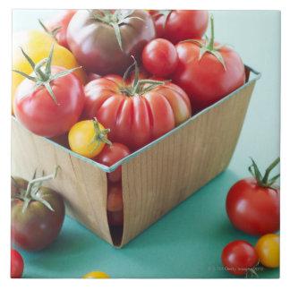 Cesta de tomates de la herencia azulejo cuadrado grande