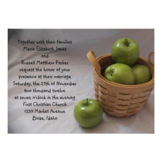 Cesta verde de casarse de las manzanas invitaciones personales