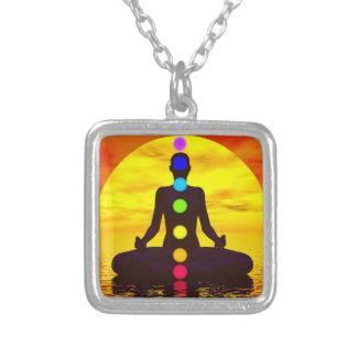 Chakras en la puesta del sol - 3D rinden Collar Plateado