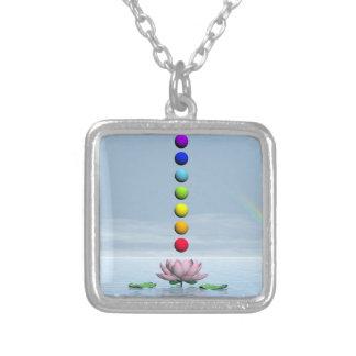 Chakras y arco iris - 3D rinden Collar Plateado
