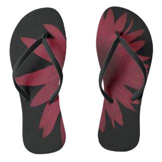 Chanclas Margarita marrón en los zapatos negros del