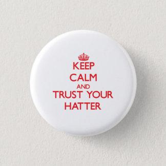 Chapa Redonda De 2,5 Cm Guarde la calma y confíe en a su sombrerero