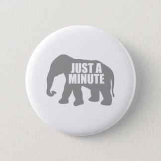 Chapa Redonda De 5 Cm Apenas un minuto. Elefante gris