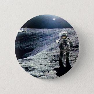 Chapa Redonda De 5 Cm Astronauta de Apolo que camina en la luna y el