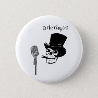 Chapa Redonda De 5 Cm Cráneo en sombrero de copa con el micrófono