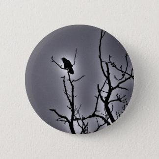 Chapa Redonda De 5 Cm Cuervo en una noche iluminada por la luna