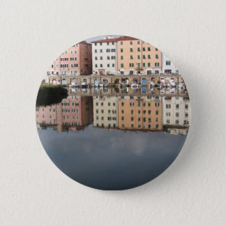 Chapa Redonda De 5 Cm Las casas y los barcos se reflejan en el agua