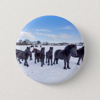 Chapa Redonda De 5 Cm Manada de los caballos negros del frisian en nieve