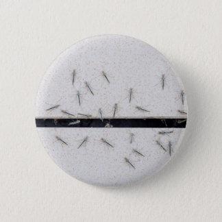 Chapa Redonda De 5 Cm Multitud de los mosquitos que entran en el cuarto
