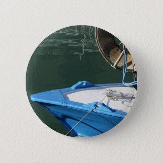 Chapa Redonda De 5 Cm Proa de un barco de pesca de madera con el torno