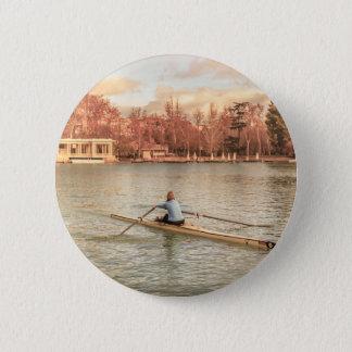 Chapa Redonda De 5 Cm Rowing de la mujer en Del Retiro Park, Madrid,
