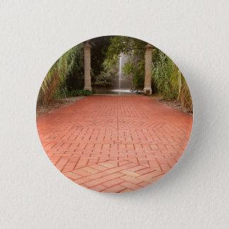 Chapa Redonda De 5 Cm Trayectoria del jardín formal a la fuente de agua