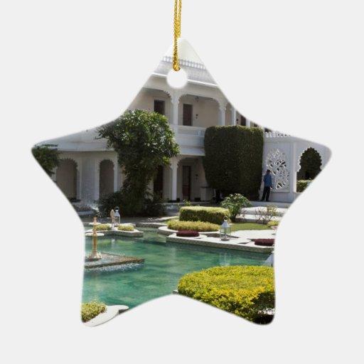Charca de Lotus y templo hindú dentro del palacio  Ornamentos De Reyes Magos
