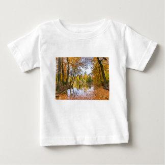 Charca del bosque cubierta con las hojas en la camiseta de bebé