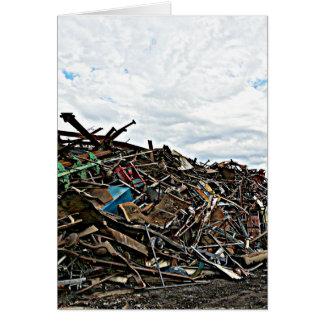 Chatarra del desguace en el depósito tarjetas