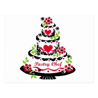 Chef de repostería en la torta tarjetas postales