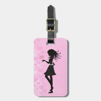 Chica bonito de la silueta con los corazones rosa etiqueta para maletas