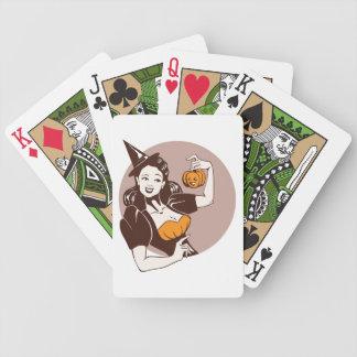 chica bonito de risa en traje de la bruja con pump barajas de cartas