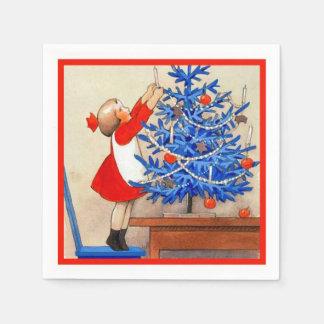 Chica con el árbol de navidad azul servilleta de papel