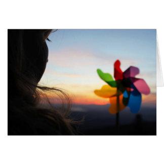 Chica con el molinillo de viento tarjeta