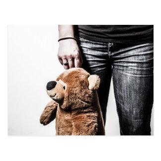 Chica con el oso postal