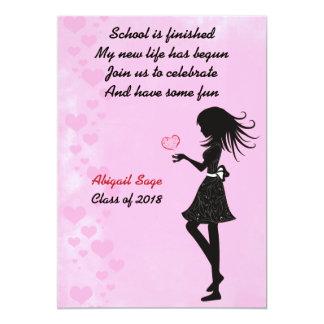 Chica con la invitación rosada de la fiesta de