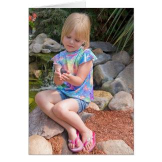 Chica con la mariposa tarjeta de felicitación