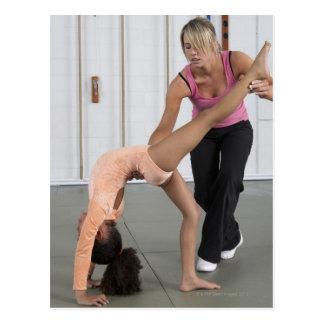 chica de ayuda del instructor con sus ejercicios d tarjeta postal