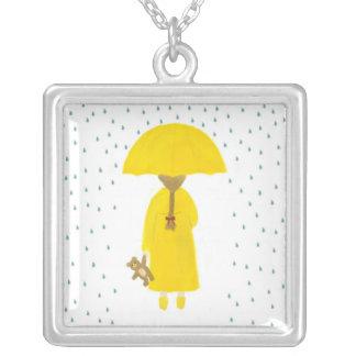 Chica de día lluvioso con el collar del oso de pel