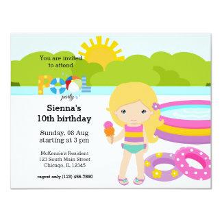 Chica de fiesta en la piscina invitación 10,8 x 13,9 cm